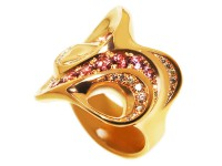 Eine schwingende Volute, ein Ornament, eine (Ohr) Muschel mit einer Öffnung für den 'Durchzug'.  Breiteste Stelle 27 mm. Echte natürliche Zirkone, Brillanten