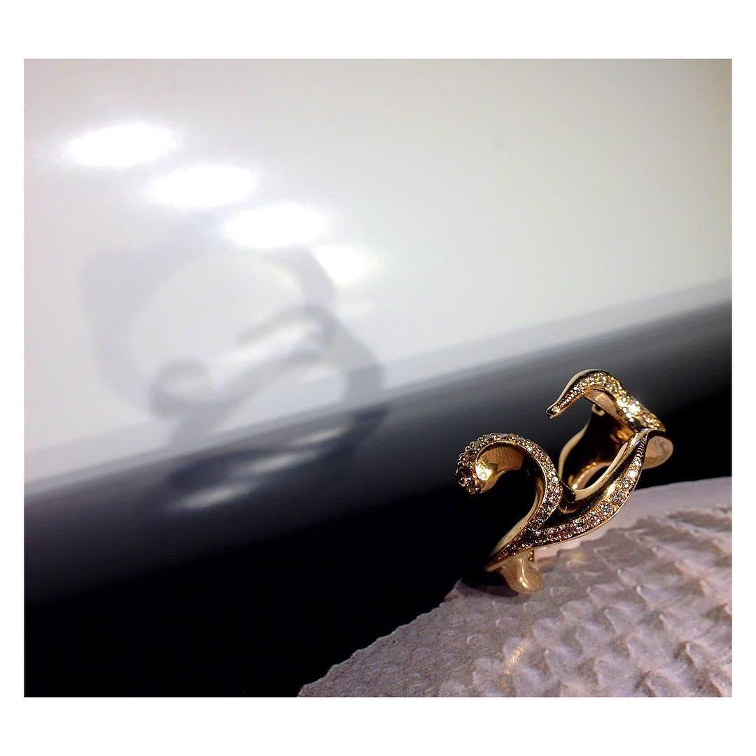finejewelry ring gold diamonds freeform organic flow light and shadow play sensual spirit glow wall  fabrics atelier munich oneofakind handcrafted instajewelry instagood haveaniceday