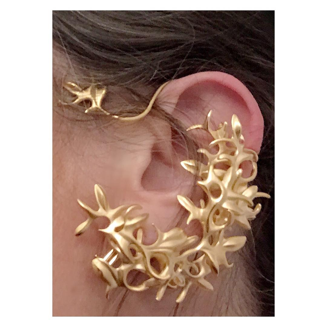 finejewelry earcuff gold leaves tendrils twine nature garden poetry artsy opulence oneofakind atelier handcrafted handcraftedjewelry munich germany jewelry instajewelry instaart instagood haveaniceday