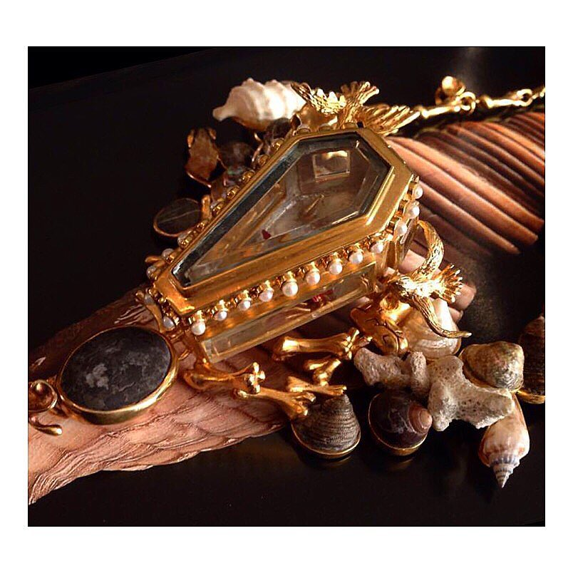 finejewelry same procedure as every year halloween buh coffin gold pearls shells gemstone pebble vanitas vanitasvanitatumetomniavanitas atelier munich oneofakind art instajewelry instaart instadaily haveaniceday